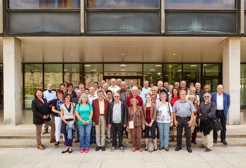 MdL Bea Boehlen mit der Besuchergruppe vor dem Eingang des Landtag in Stuttgart