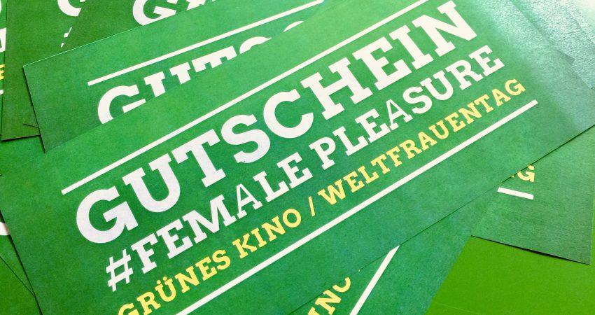 Elf Gutscheine für den Kinobesuch am Weltfrauentag im moviac-Kino Baden-Baden liegen auf einem grünen Tisch.